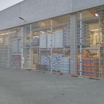 Afscherming stockage plaats in staalmatpanelen 8/6/8mm, maas 200x25mm - LM Hekwerk bvba