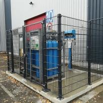 Afsluiting in staalmatpanelen rond gasopslag - LM Hekwerk bvba