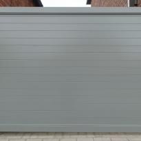 Aluminium draaipoort horizontale planchetten (RAL 7039) - LM Hekwerk