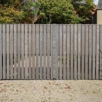 Dubbele draaipoort met enkelzijdige verticale padouk houtbekleding met tussenopening - LM Hekwerk bvba