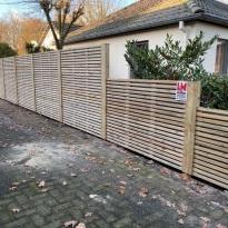 Houten tuinschermen fijn met stalen palen - LM Hekwerk bvba