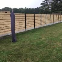 Houten tuinschermen met stalen palen en U-profielen - LM Hekwerk