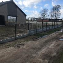 Afsluiting met bovenbuis met betonnen palen en dubbele betonplaat - LM Hekwerk bvba