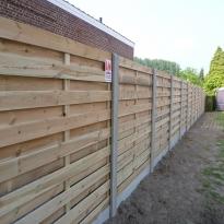 Houten tuinschermen tussen betonnen palen - LM Hekwerk bvba