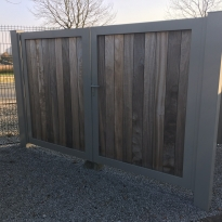 Aluminium draaipoort Padouk in kader - Lm Hekwerk bvba