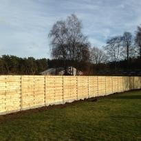 Houten tuinschermen horizontaal recht met stalen palen en met  hout bekleed - LM Hekwerk bvba