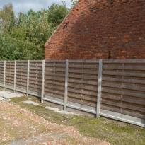 Houten tuinschermen horizontaal recht met betonpaal en versterkte betonplaat - LM Hekwerk bvba