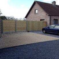 Houten tuinschermen horizontaal recht met betonpaal en betonplaat - LM Hekwerk bvba