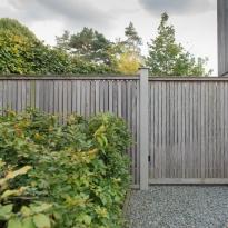 Vrijdragende schuifpoort met enkelzijdige verticale padouk houtbekleding met tussenopening - LM Hekwerk bvba