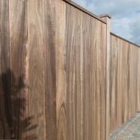Vrijdragende schuifpoort met dubbelzijdige verticale padouk houtbekleding - LM Hekwerk bvba