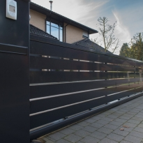 Vrijdragende schuifpoort aluminium horizontale kokers (RAL 7016) - LM Hekwerk bvba