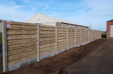 Houten tuinschermen met betonnen palen - LM Hekwerk bvba