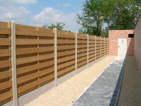 Houten tuinschermen met betonpalen en betonplaat - LM Hekwerk bvba